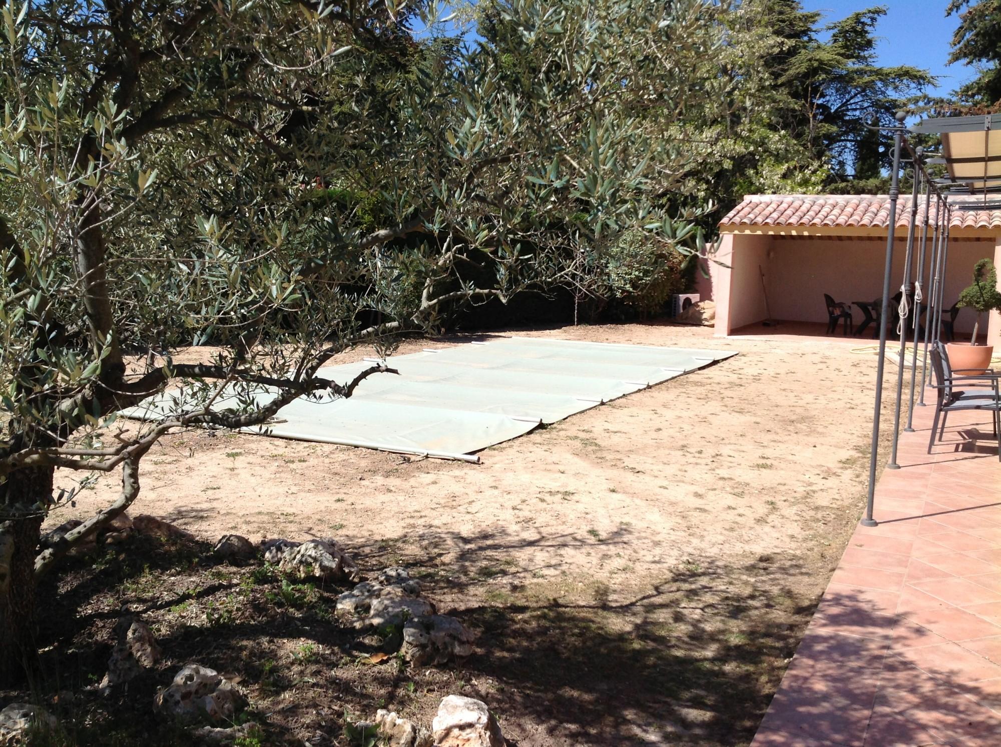 Préparation du sol avant la pose d'une pelouse synthétique à Bouc Bel Air